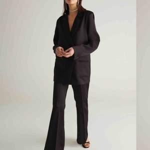 En snygg och festlig kostym, endast använd en gång så väldigt bra skick. Köparen står för frakten