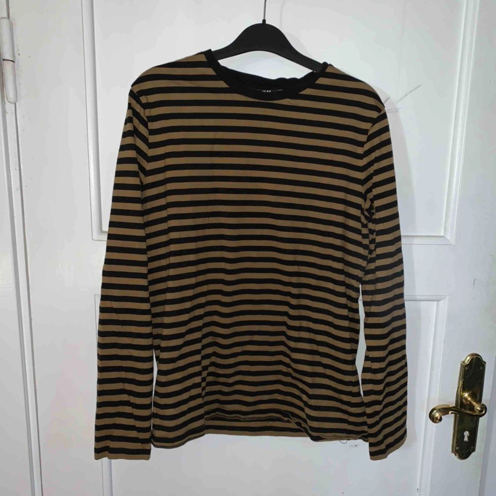 Randig tröja köpt på h&m, köpare står för frakt.. T-shirts.