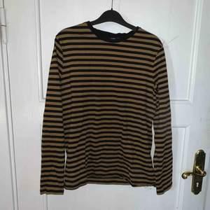 Randig tröja köpt på h&m, köpare står för frakt.