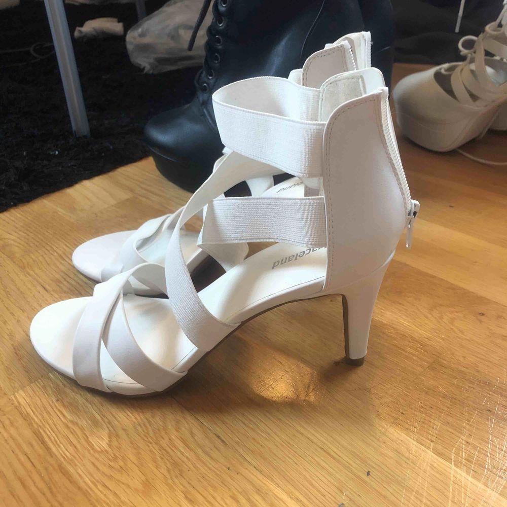 Säljer dessa ur fina vita klackskor i storlek 38, dom var lite försmå i tårna för mig och använd en gång ( när jag testade dom ) BRA skick! Frakt står köparen för om du inte bor i Linköping då kan vi mötas upp 🤗 . Skor.