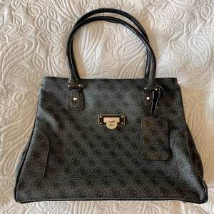 En stor fin Guess väska. Använd ett fåtal gånger så i bra skick. Lite slitskador på handtagen. Nypris 2000kr.  Storlek 43 x 18 x 32 cm.  Fri frakt!!