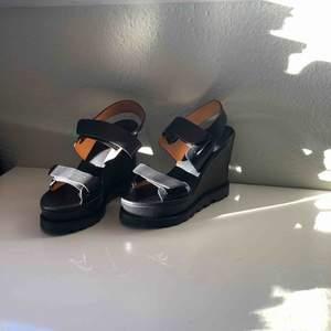 Äkta Marc Jacobs skor i bästa skick. Helt oanvända. Säljs för att jag behöver pengar