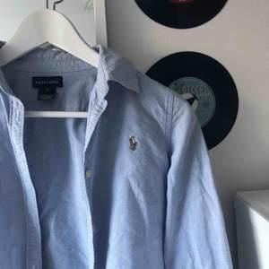 Ralph lauren jeans skjorta i nyskick!! Storlek 14 som motsvarar en S.  Frakt tillkommer