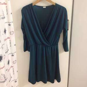MörkGrön klänning från Edblad, färgen är mer smaragdgrön i verkligheten. Knälång. Töjbar