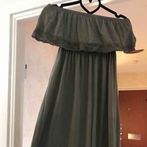 Långklänning från gina tricot passar XS-M men står XS i klänningen.