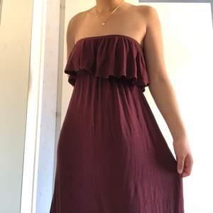 En superfin maxiklänning i vinröd färg och skönt trikåmaterial. Den är inte använd ännu och är i nyskick! Jag är 165cm och den sluter precis vid fötterna🦶🏼