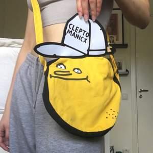 """Älskar den här väskan, men den har tyvärr inte kommit till användning, på kepsen står det """"cleptomanicx"""" och bandet är justerbart. köparen står för frakt"""