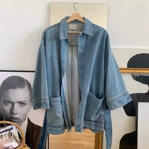 Knappt använd oversized blazer/ jacka i denim från Ganni. Lite work-wear i stilen! Säljes då den inte kommit till andvändning ordentligt! (Frakt, 63:-)