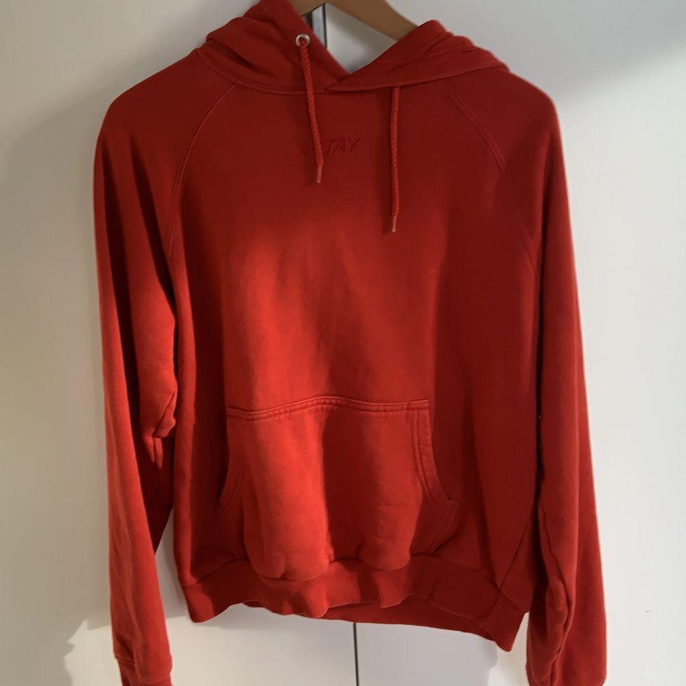 Jätte fin röd hoodie som inte längre kommer till användning! Storlek m men passar nog även s. Huvtröjor & Träningströjor.