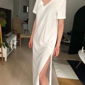 Superfin vit längre t-shirt klänning med slits på vänster sida, helt oanvänd. Den är i strl medium men satt dåligt på mig. Skulle säga att det är en S. Min syster (modellen) är en xs och den satt löst på henne💕 Köparen står för frakt!