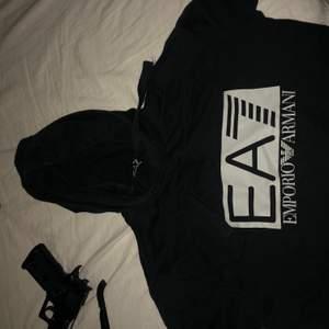 Armani EA7 hoodie. Köpt på johnells. Storlek S. Fint skick. Säljes pga för liten .