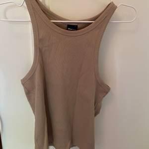 Ett beiget linne från Gina trickot! Super fint men använder knappt. I storlek L men passar även mindre skulle jag säga. Säljer för 100kr, frakt tillkommer 🥰