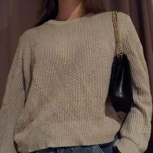 jättefin grå/beige tröja från Mango. Storleken är M men jag bär S och den sitter bra på mig💕Köparen står för frakt 🚚 ❤️
