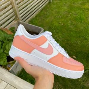 Jag tar nu emot beställningar av custom designade Nike air force! Du kan välja själv vilken design du har, samt vilken storlek du behöver. Skorna är helt nya och jag använder mig av den bästa färgen på marknaden. Hör av dig om du har några frågor💓💓