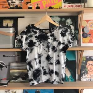 En nästintill oanvänd tie dye/batikfärgad t-shirt från Vans. På baksidan är det smålufthål på halva ryggen (syns på andra bilden).🧚♂️ Nog riktigt snygg att croppa!🌻