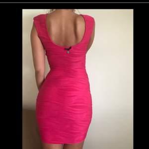 Helt ny och oanvänd rosa klänning från märket Guess, inköpt i en Guess-butik i USA. Klänningen är jättesnygg och formgivande, passar perfekt till fest. Prislappen är inte kvar, men den lilla Guess-berlocken hänger fortfarande kvar i ryggen (se bild).