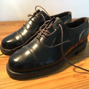 Italienska kvalitetsskor av robust, högglansigt läder. Formella och klassiska. Knappt använda.    Frakt 115 kr (postnord blå box l)