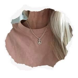 Halsband med peacemärke ☮️💜 Endast 2 exemplar! Se mer på insta: moon.jwlry 🌙