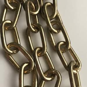 Säljer en guldig kedja som man kan sätta på byxor tex🤩 ca 35cm lång! Frakt 11kr