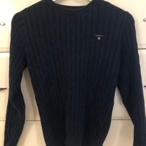 Stickad tröja från Gant. Kvaliten är som ny, bara använd fåtal gånger. Storleken är S. Färgen är marinblå