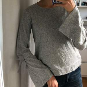 Säljer min jättefina tröja med rosetter från lindex. Den är i ett mjukt stickat material.