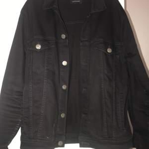 En svart jeansjacka som är använd men i mycket gott skick då kvaliten är väldigt bra. Köpt för 999kr från märket GABBA. Då den är herr och lite större har jag använt den som en oversized jeansjacka. :)