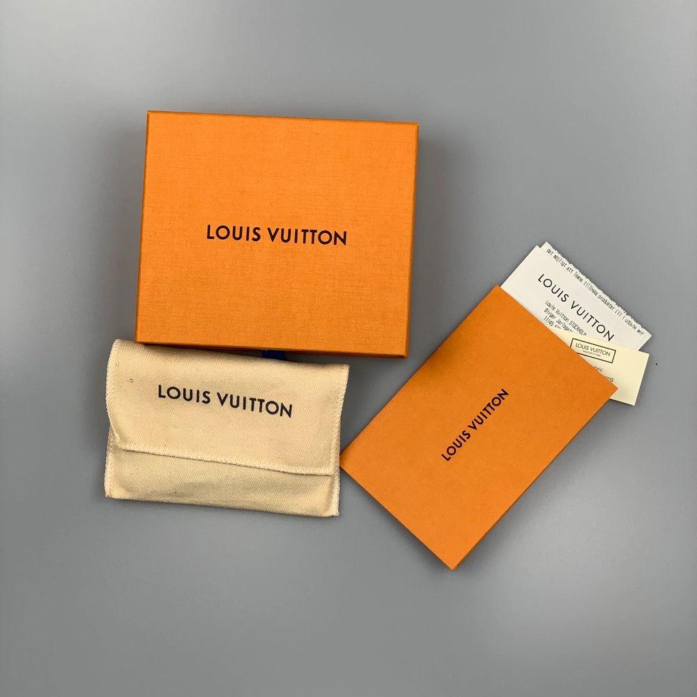 Louis Vuitton Monogram Key Pouch                                           Säljs ny! Den är helt oanvänd. Denna är perfekt för att hålla kort, kontanter, nycklar eller små föremål. En väldigt snygg detalj till sin outfit😁                                               Vi skickar via postnord spårbart, har ni några frågor hör gärna av er! Vår Instagram @pufferyplug. Accessoarer.