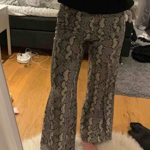 Snygga byxor från HM! Orm mönster😊 jättesköna och snygga