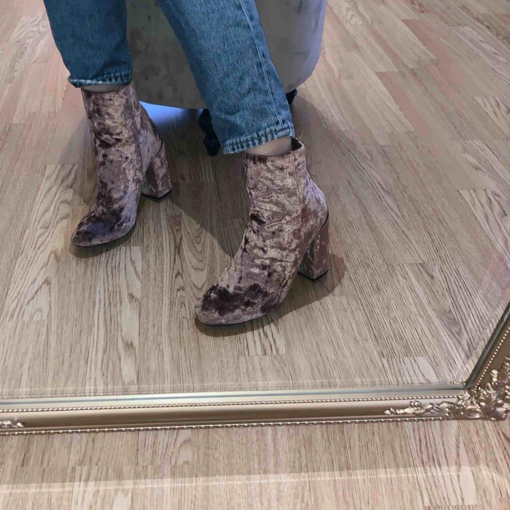 Super balla boots ifrån Nelly i rosa velour! Använda 2 gånger, jättebra skick. Köparen står för eventuell frakt, alltid spårbar frakt📦. Skor.