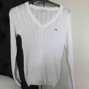 Fin vit tommy Hilfiger tröja som är i bra skick.