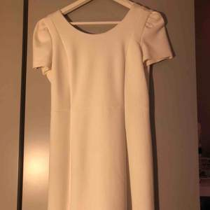 Studentklänning. Enkel klänning i gott skick. Enbart använd på min student. Köpt från zara. Storlek S. Jag är typ 163cm och den slutar över knäna
