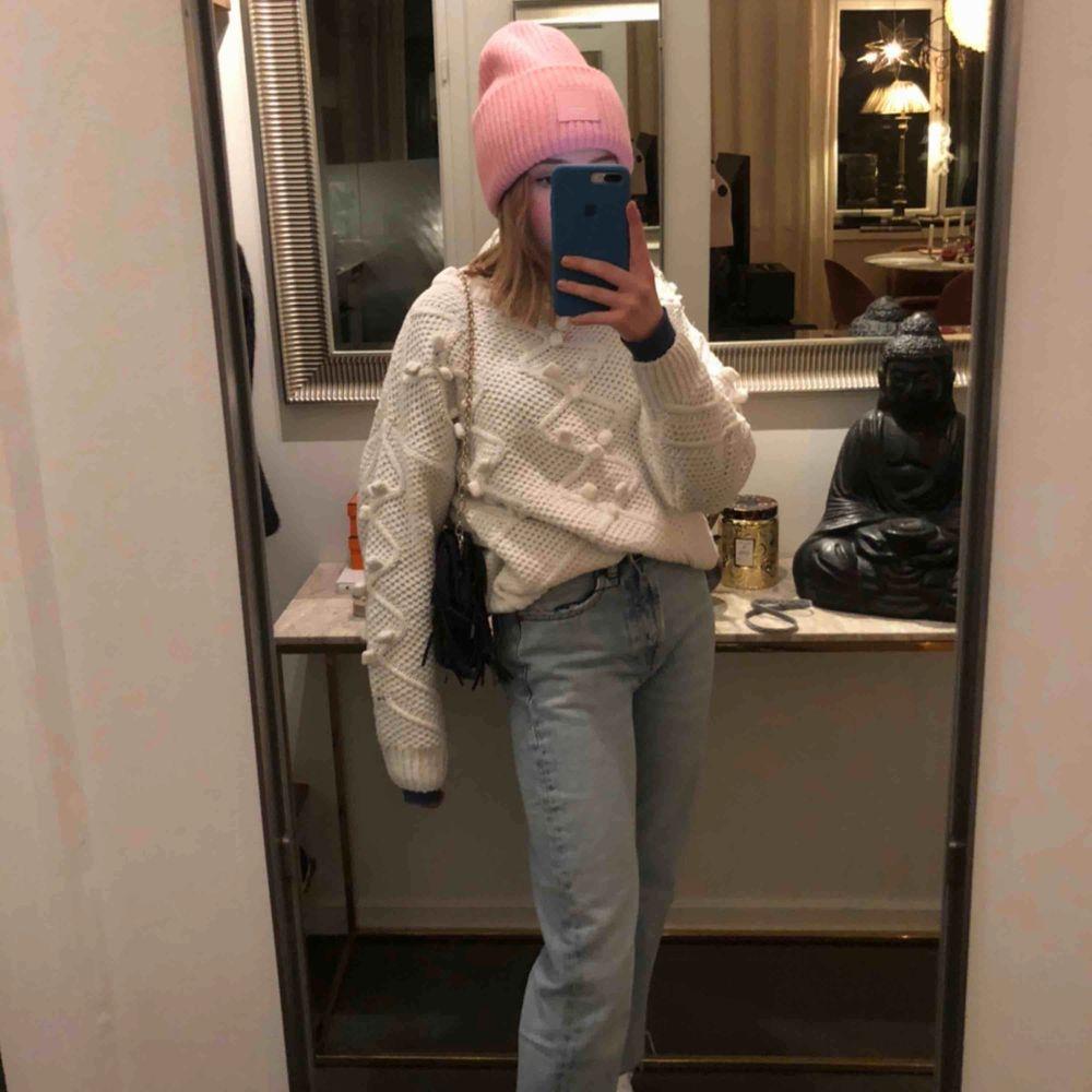 Säljer denna supersnygga tröja ifrån Zara som endast använd ett fåtal gånger och är i nyskick. 200kr + frakt, eftersom den i butik kostat 400kr . Tröjor & Koftor.
