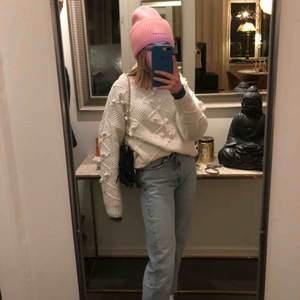 Säljer denna supersnygga tröja ifrån Zara som endast använd ett fåtal gånger och är i nyskick. 200kr + frakt, eftersom den i butik kostat 400kr