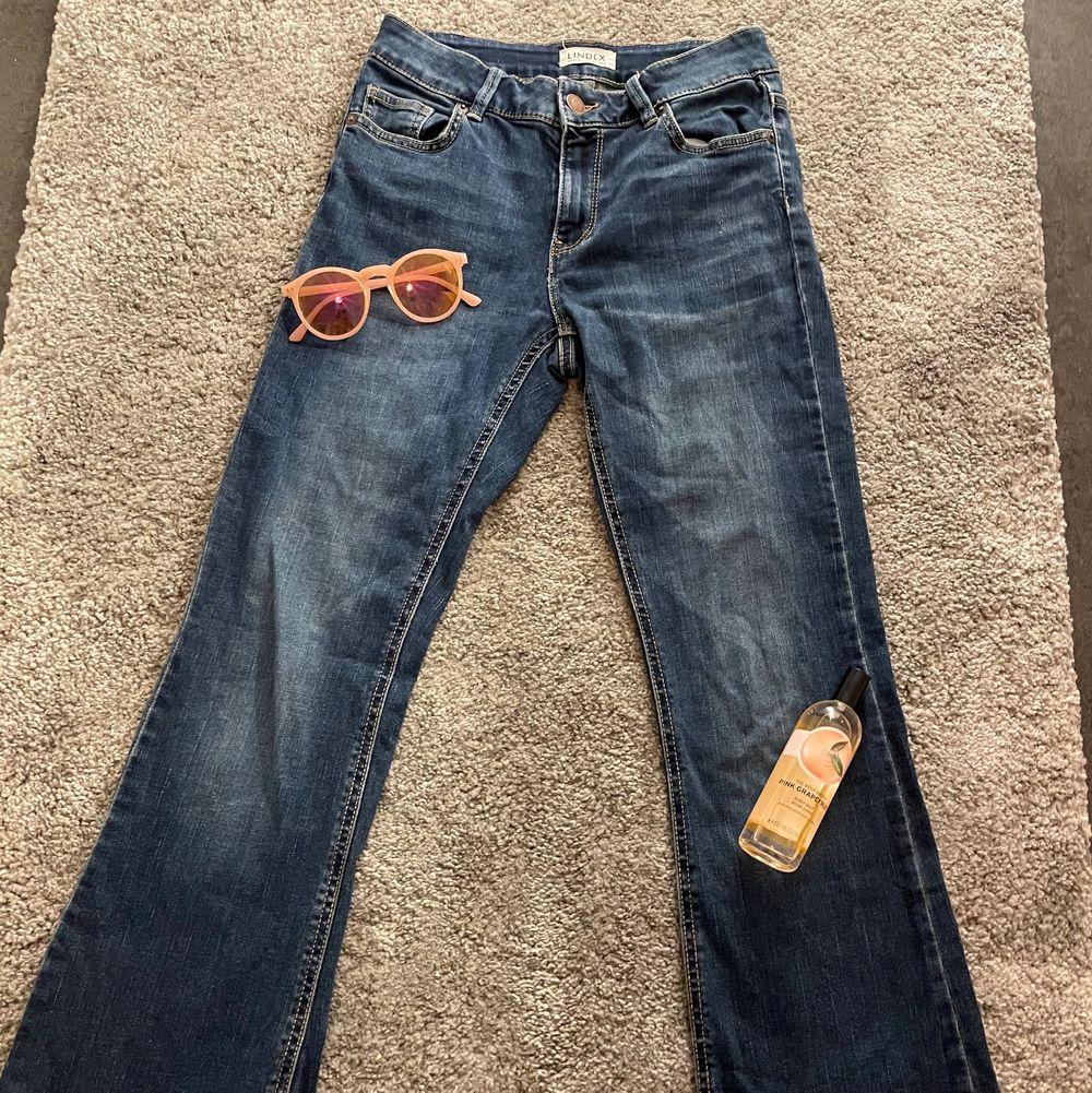 """90s/2000s lowwaist jeans i färgen mörkblå!💙säljes pga inte alls min stil, men så gott som nya👍vet inte vad nypris är men modellen heter """"Karen""""💙de är sköna och rörliga att ha på sig och sitter bra på mig i midjan☺️vid flera intresserade blir det budgivning!🥰frakten kostar 48kr👍. Jeans & Byxor."""