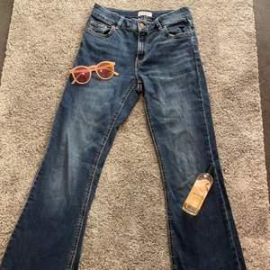 """90s/2000s lowwaist jeans i färgen mörkblå!💙säljes pga inte alls min stil, men så gott som nya👍vet inte vad nypris är men modellen heter """"Karen""""💙de är sköna och rörliga att ha på sig och sitter bra på mig i midjan☺️vid flera intresserade blir det budgivning!🥰frakten kostar 48kr👍"""