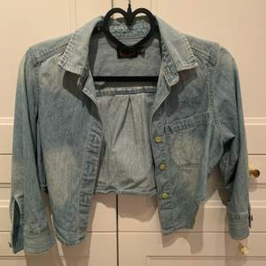 """En blå liten jeans """"jacka"""" som jag har målat solrosor på 🌻. Aldrig använd. Storlek XXS. Säljer för 120 kr med inkluderad frakt 😊."""