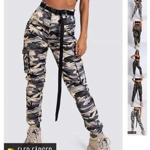 Camouflage byxor från madlady i storlek xs. Ny pris var 499 men säljes 150 inkl frakt för att de har en liten görna fläckar på ett ben (se bild 2) pris kan diskuteras