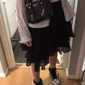 Kjolen är slutsåld från Kristin sundbergs kollektion för NA-KD, kjolen är i toppskick!!! Nypris 400