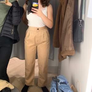 Jättefina beigea Manchester byxor från hm. Säljer pga för små. På den första bilden har jag på mig byxorna och på den andra bilden har min lilla syster på sig byxorna som vanligtvis har stl 32✨. Köparen står för frakten.                                                         Hör av er om ni har några frågor.😊