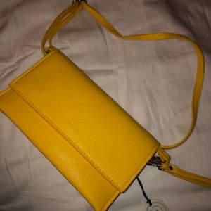 En jätte fin väska från dondonna. Köpte för 300 säljer nu för 100!