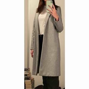 Grå kappa från Zara i storlek S✨ Den når till knäna och har en tajtare passform, den har fickor och håller värmen bra fast den är tunn. (Jag är 1,77)