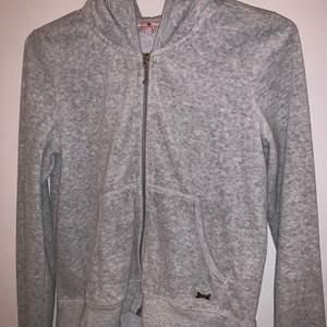 Jag säljer min Juicy Couture hoodie/ kofta i fint skick. Den är endast använd ett fåtal gånger. Pris kan diskuteras🤍 Nypriset var ungefär 1000 kr men jag säljer den nu för 195 kr.