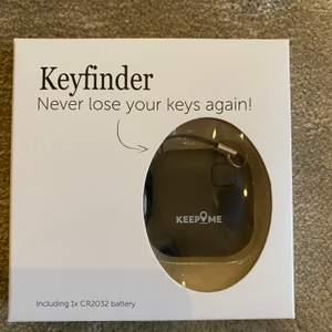 Helt ny nyckel hittare som du sätter på din nyckel eller annat du vill hålla koll på. Säljer för har flera. Står instruktioner på baksidan om hur du använder den. Fraktar bara ✨