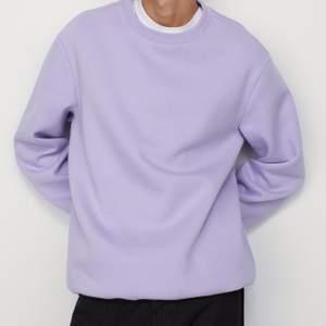 En ljus lila sweatshirt från h&m herr. Använd 2 gånger, som ny. Storlek XS passar också S