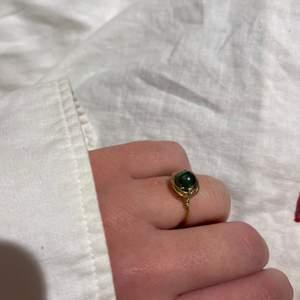 Snygg och trendig ring gjord av mig, grön pärla. Jag har tyvärr inga tydliga storlekar, men alla ringar jag gör kommer garanterat passa på någon av dina fingrar. Jag gör fler om många vill ha! Önska gärna färger och storlekar, jag kan göra det mesta!