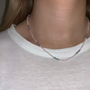 Pärlhalsband med små pärlor i rosa, vit & silver🤍💞⭐️💫🥺 halsbandet försluts med lås och tråden är elastisk
