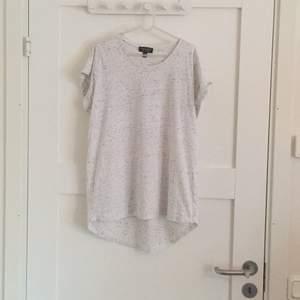 Himla fin t-shirt i härligt tyg från Topshop. Aningen längre i ryggen. Använd ca 2ggr, finfint skick