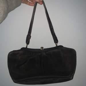 En jätte fin brun mini purse! Knappt använd och i jätte bra skick! Säljer då den inte kommer till användning!💗 Kan mötas upp och frakta!