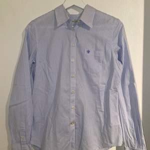En blus/skjorta från Morris i storlek 38. Supergott skick då den endast har blivit provad 2 gånger.