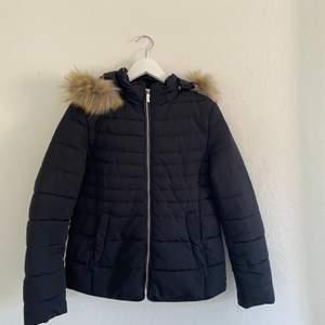 Svart crocker vinterjacka som har använts en vinter. Köpt för 1200kr. Köpare står för frakt